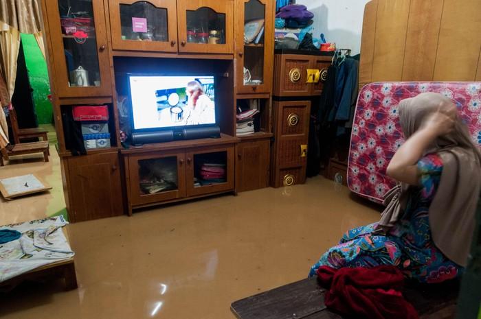 Warga menyelamatkan barangya yang terendam banjir di Desa Kaduagung Tengah, Lebak, Banten, Senin (11/5/2020). Banjir tersebut diakibatkan tingginya intensitas hujan serta sistem drainase buruk sehingga menyebabkan puluhan toko dan rumah terendam air setinggi 40-80 centimeter. ANTARA FOTO/Muhammad Bagus Khoirunas/hp.
