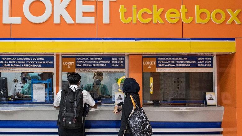Penumpang membeli tiket Kereta Api Luar Biasa (KLB) jurusan Bandung - Surabaya Pasar Turi di Stasiun Bandung, Jawa Barat, Selasa (12/5/2020). PT Kereta Api Indonesia (Persero) mengoperasikan enam perjalanan KLB pada 12-31 Mei 2020 dan masyarakat yang diperbolehkan menggunakan KLB hanya yang memenuhi syarat diantaranya pekerja di penanganan COVID-19, pertahanan, keamanan, kesehatan, kebutuhan dasar, fungsi ekonomi penting, perjalanan darurat pasien atau orang yang memiliki keluarga inti sakit keras atau meninggal dan repatriasi. ANTARA FOTO/M Agung Rajasa/foc.