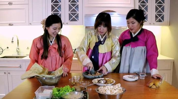 Orang Korea masak makanan Indonesia