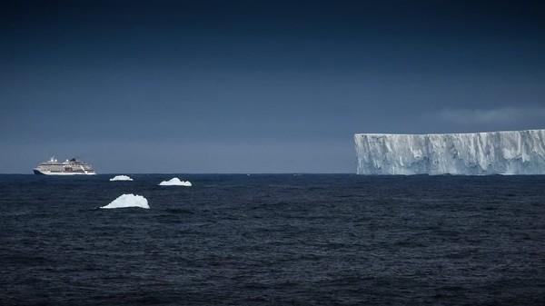 Jumlah pengunjung Antartika terus dijaga dan relatif rendah untuk melindungi lingkungan asli benua putih. Operator tur IAATO tidak diizinkan mendaratkan kapal dengan lebih dari 500 penumpang dan ada sejumlah aturan ketat saat berkunjung.