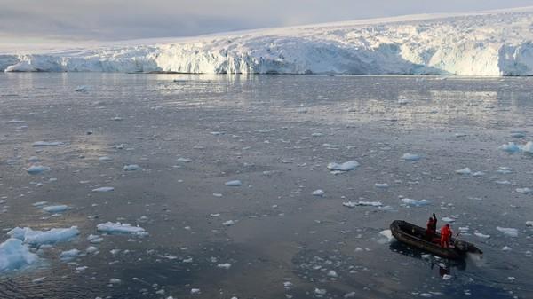 Antartika memang dikunjungi kapal pesiar sebelum armada itu kembali pulang karena Corona. Akses ke sana terputus sementara dan di sana sedang memasuki musim dingin ini.
