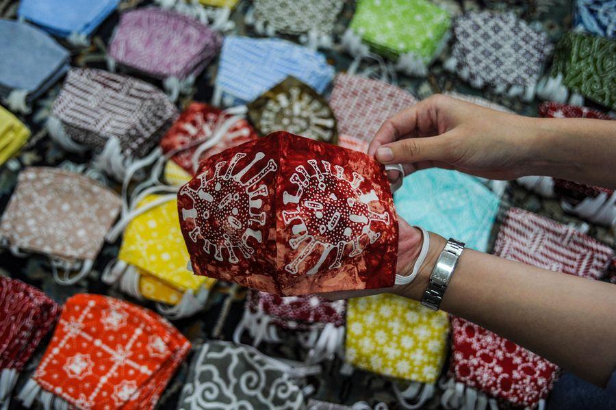 Sejumlah perajin asal Bandung berkreasi dengan memproduksi motif batik Virus Corona. Motif itu digambarkan pada kain yang akan dijadikan baju atau masker wajah.
