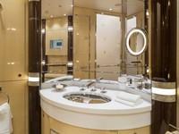 Bahkan kamar tidur yang lebih kecil memiliki kamar mandi pribadi sendiri dengan cermin dan wastafel. Istimewa/Dok. Boredpanda/albertopinto.
