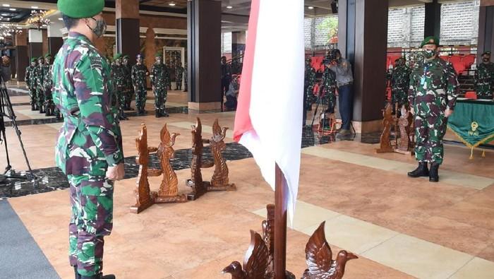 Kasad Jenderal Andika Perkasa menerima laporan kenaikan pangkat di TNI AD.