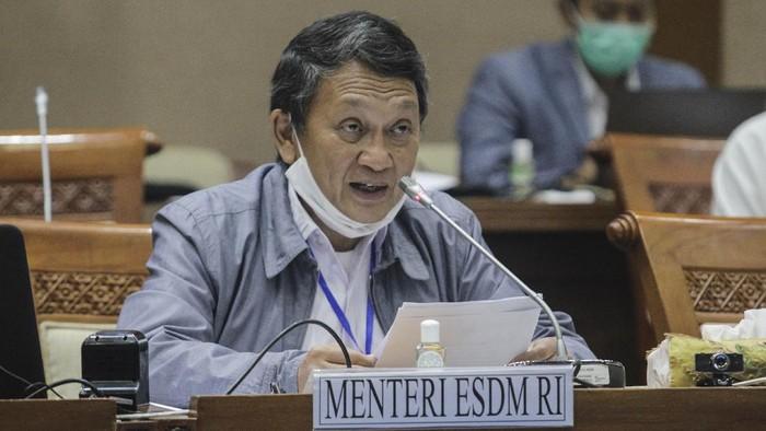 Menteri ESDM Arifin Tasrif menyampaikan pendapat akhir pemerintah dalam rapat kerja dengan Komisi VII DPR di Kompleks Parlemen, Senayan, Jakarta, Senin (11/5/2020).  Pemerintah bersama Komisi VII DPR sepakat mengesahkan Revisi Undang-Undang Mineral dan Batu Bara Nomor 4 Tahun 2009 dan selanjutnya akan dibawa ke sidang paripurna untuk dijadikan undang-undang. ANTARA FOTO/Didik Setiawan/wpa/hp.