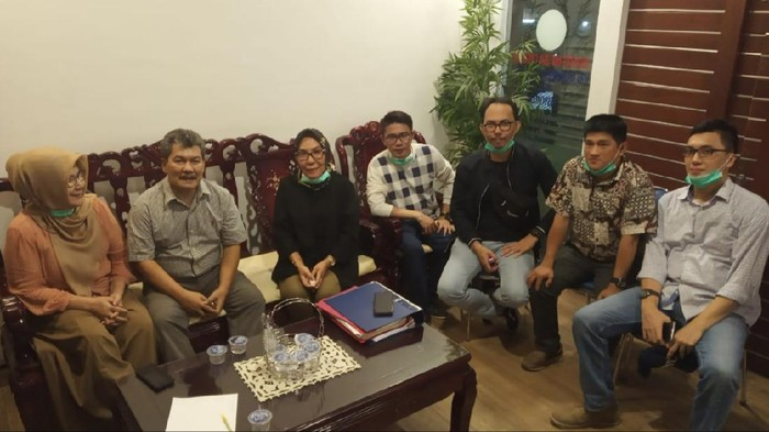 Wabup OKU Johan Anuar saat bebas dari tahanan dan bertemu keluarga serta Kuasa Hukum.