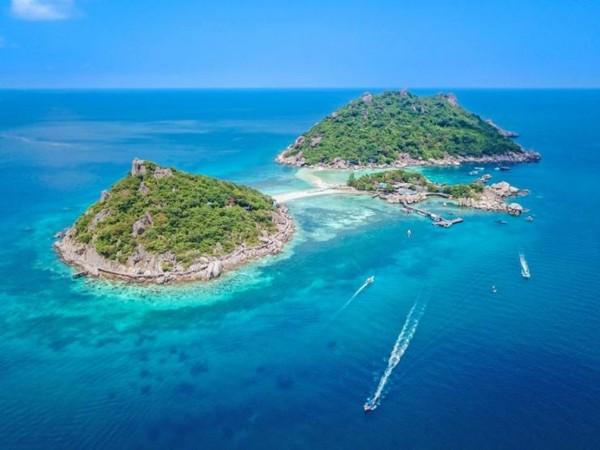 Meskipun pulau kecil, namun pulau ini memiliki semua fasilitas yang dibutuhkan oleh para wisatawan.