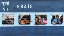 Aksi Haru Polisi Mumbai Hentikan Kereta