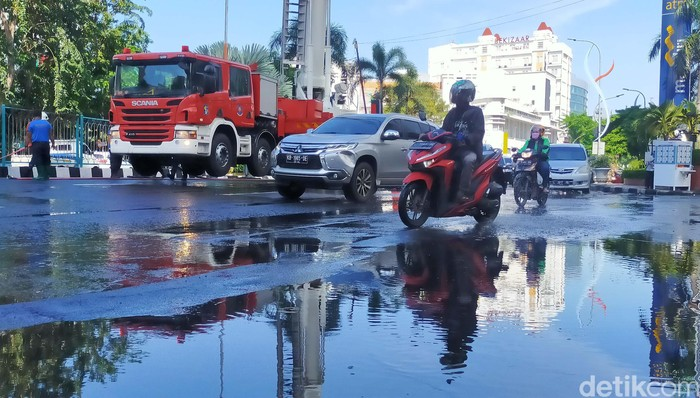 Pemkot Surabaya terus melakukan upaya pencegahan COVID-19. Salah satu aksinya melibatkan Unit Damkar Kota Surabaya untuk melakukan penyemprotan disinfekan.