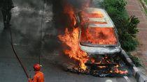 Mobil Mewah Toyota Vellfire Kebakar, Kok Bisa?