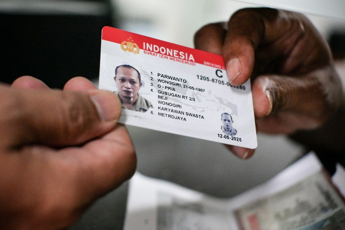 Peserta mengikuti ujian teori Surat Izin Mengemudi (SIM) di Satuan Penyelenggara Administrasi (Satpas) SIM Daan Mogot, Jakarta, Selasa (12/5/2020). Kepala Seksi SIM Direktorat Lalu Lintas Polda Metro Jaya Komisaris Polisi Lalu Hedwin memperkirakan semasa pandemi COVID-19 aktivitas pembuatan SIM mengalami penurunan mencapai 75 persen dari hari biasa. ANTARA FOTO/Rivan Awal Lingga/foc.