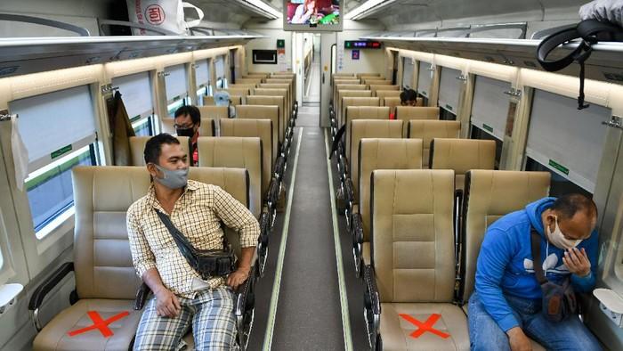 Sejumlah petugas Dinas Perhubungan DKI Jakarta beserta petugas PT Kereta Api Indonesia (KAI) memberi salam pada rangkaian kereta api luar biasa relasi Gambir-Surabaya Pasar Turi lintas selatan yang berangkat di Stasiun Gambir, Jakarta, Selasa (12/5/2020). PT Kereta Api Indonesia (KAI) mengoperasikan kereta api luar biasa (KLB) jarak jauh untuk melayani penumpang yang dikecualikan sesuai aturan pemerintah dengan penerapan protokol pencegahan COVID-19 yang ketat hingga 31 Mei 2020 mendatang. ANTARA FOTO/M Risyal Hidayat/foc.