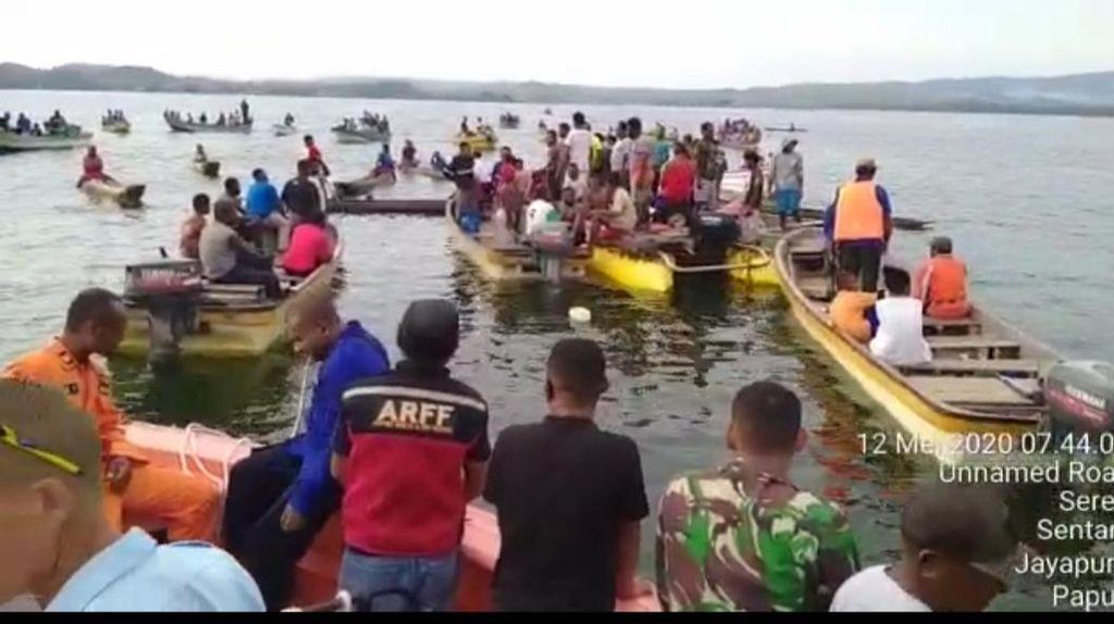 Video Pesawat Kargo Jatuh di Danau Sentani, Puing Berserakan