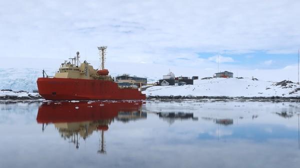 Menurut International Association for Antarctica Tour Operators, sekitar 56.168 wisatawan mengunjungi benua itu selama musim kunjungan di tahun 2018 hingga 2019. Ada peningkatan kunjungan sebesar 40% pada tahun sebelumnya.