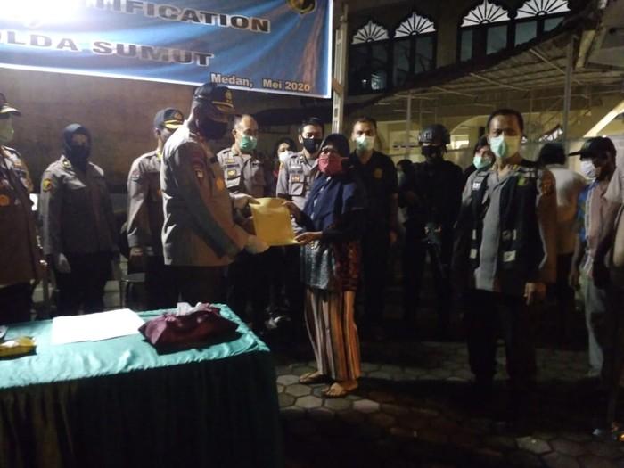 Kapolda Sumut Irjen Martuani Sormin menyerahkan jenazah korban tewas kebakaran kapal(Datuk Haris Molana-detikcom)