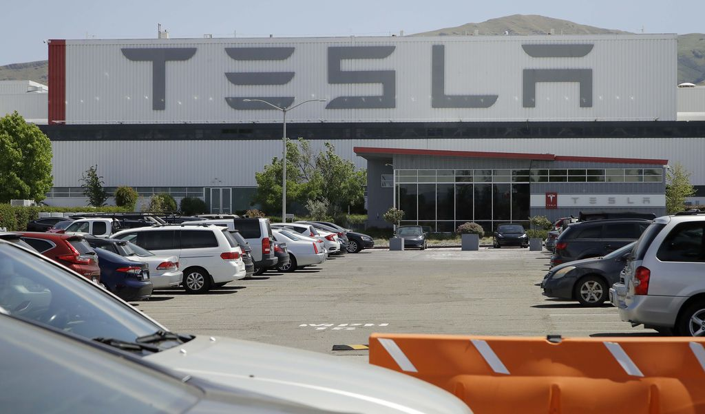 CEO Tesla Elon Musk melanggar aturan lockdown dengan membuka kembali pabrik Tesla di Fremont, California, AS. Area parkir pabrik Tesla yang penuh dengan mobil baru.