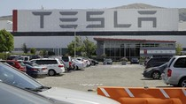 Saham Tesla Anjlok 21% Setelah Didepak dari S&P 500