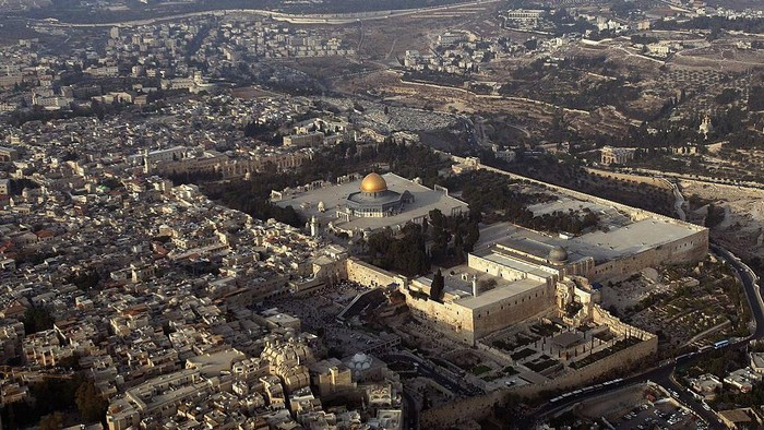 Terbang di langit Palestina, terlihat jelas kompleks suci yang disebut Al Haram Asy-Syarif. Di tempat tersebut terdapat dua tempat suci yang penamaannya sering tertukar: Masjid Al Aqsa dan Kubah Shakhrakh atau Dome of Rock.
