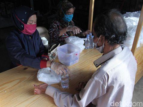 Warga Antre Paket Makanan Murah di Bandung