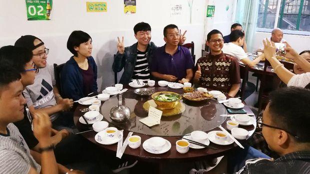 Berbuka puasa bersama Profesor Huang Aixiang di restoran Halal Qīngzhēn Hóngniúyuán 清真红牛