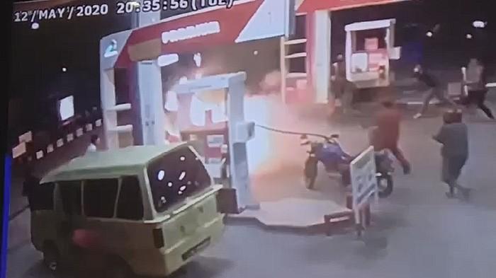 Video Detik-detik Motor Terbakar Saat Isi Bensin di SPBU Polman