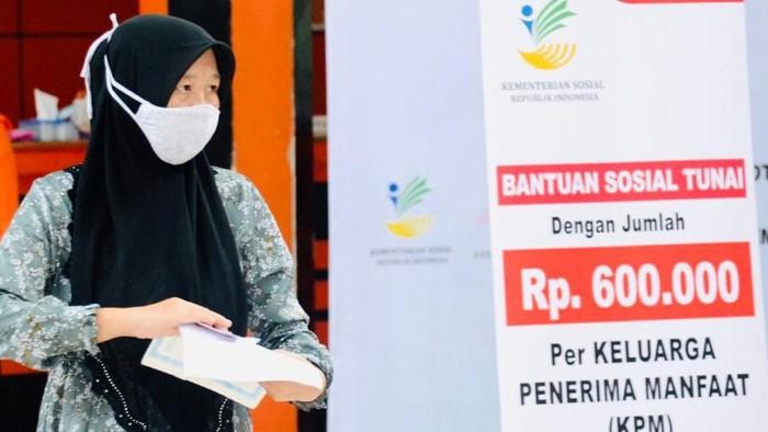 Penyerahan bantuan tunai kepada sejumlah keluarga penerima manfaat yang digelar di Kantor Pos Jalan Ir. H. Juanda, Kota Bogor, pada Rabu, 13 Mei 2020.