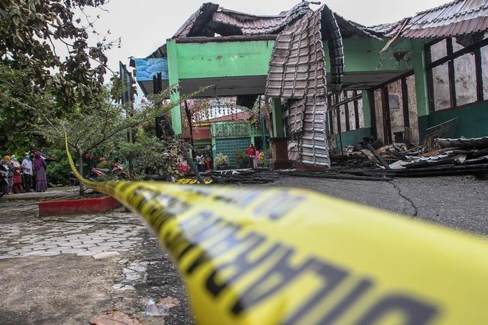 Mural masih terlihat jelas di ruang kelas yang rusak berat akibat kebakaran SMPN 7 di Kota Pekanbaru, Riau, Rabu (13/5/2020). SMPN 7 terbakar pada Selasa (12/5) malam diduga akibat sambaran petir yang memicu korsleting listrik, dan membakar sekitar 70 persen bangunan sekolah yang berdiri sejak 1977 itu. ANTARA FOTO/FB Anggoro/aww.