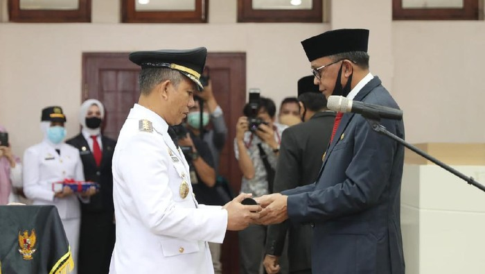 Gubernur Sulawesi Selatan (Sulsel) Nurdin Abdullah melantik Pj Wali Kota Makassar yang baru, Yusran Yusuf.