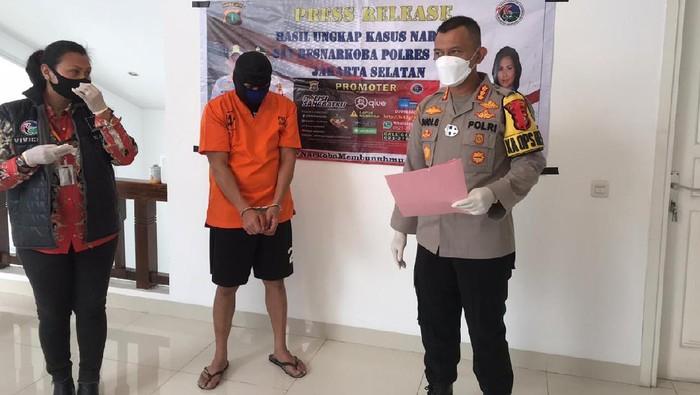 Polres Jaksel merilis kasus pria menanam pohon ganja di dalam rumah di Kebayoran Baru, Jakarta Selatan.