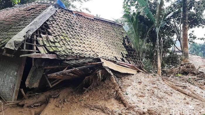 Longsor menerjang Desa Wangun Jaya, Kecamatan Leuwisadeng, Kabupaten Bogor. Sebanyak 14 rumah rusak dan 1 orang dikabarkan meninggal akibat bencana tersebut.