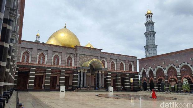 Masjid-masjid dibangun megah di berbagai negara. Meski arsitekturnya beda, namun ada sejumlah masjid yang memiliki kesamaan kubah yang berwarna emas.