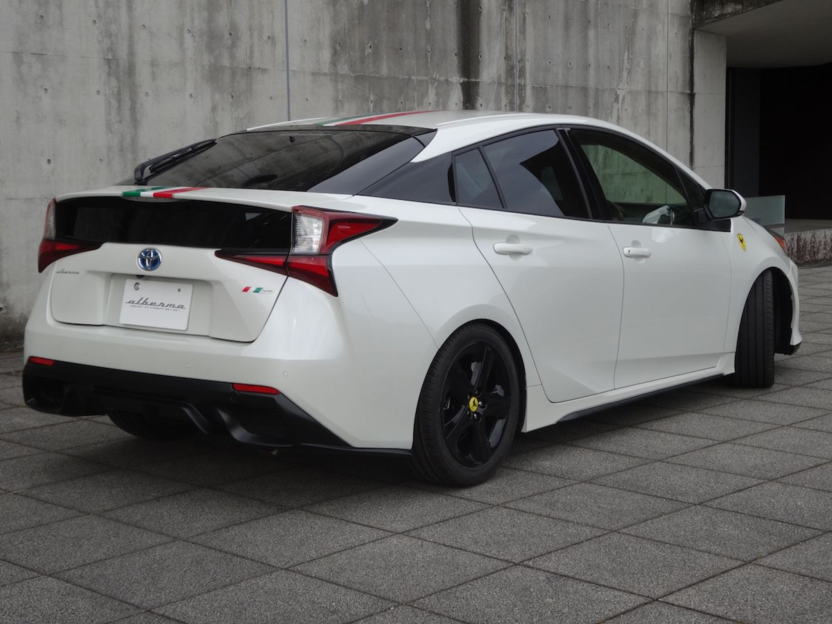 Buritan belakang Toyota Prius tampang Ferrari Portofino