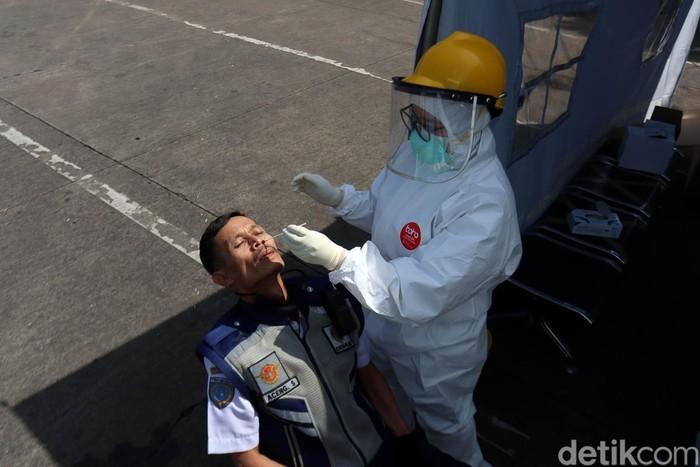 Tes swab terus digalakkan untuk mendeteksi virus Corona (COVID-19). Begini tahapan tes swab COVID-19 di Terminal Cicaheum, Kota Bandung, Rabu (13/5).