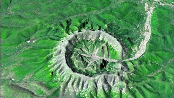 Begini gambar citra Kondyor Massif dilihat dari Google Earth. Kondyor Massif memiliki ukuran tinggi 609 meter dengan lebar mencapai 8 kilometer. (Google Earth)