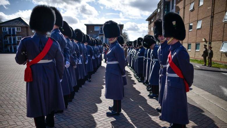 Pengawal Welsh, bagian dari Divisi Pengawal, adalah salah satu resimen Pengawal Kaki dari Tentara Inggris. Yuk lihat foto-foto tentara pengawal Kerajaan Inggris yang gagah itu.