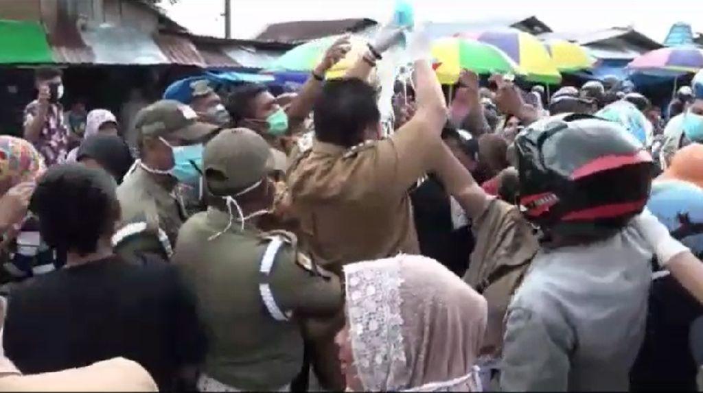Video Kerumunan Warga Saat Bupati Muna Bagi-bagi Masker