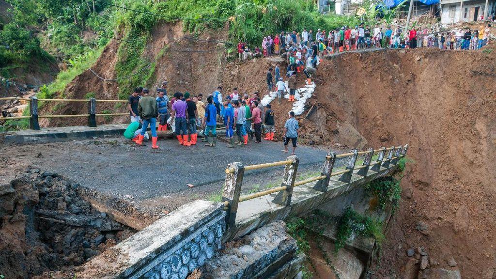 Hujan Lebat Akibatkan Jembatan Cinyiru Lebak Ambles