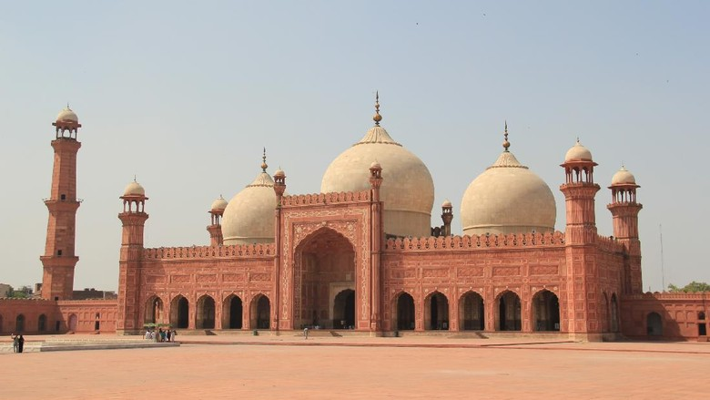 Tak hanya jadi landmark populer di Pakistan, Masjid Badshahi juga jadi saksi kejayaan Islam di Pakistan. Masjid ini pun pernah jadi masjid terbesar di dunia lho