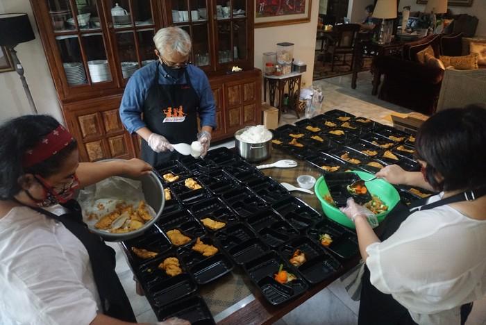 Relawan melakukan pengemasan makanan untuk dibagikan kepada para tenaga medis, Jakarta, Rabu (13/4/2020).