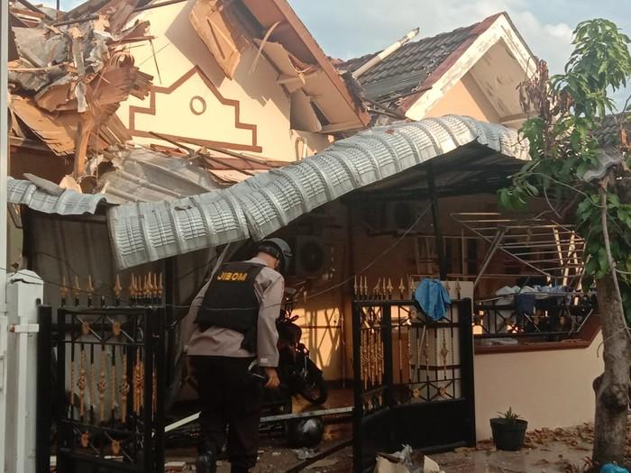 Tim Jibom datangi lokasi rumah ambruk di Cemara Asri (Ahmad Arfah-detikcom)