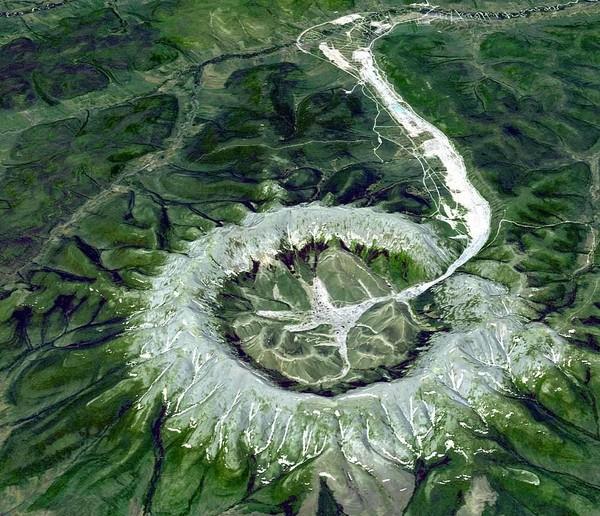 Menurut para geolog, formasi aneh Kondyor Massif disebabkan oleh magma cair yang terkristalisasi. Ada juga ahli yang menyebut Kondyor Massif merupakan situs bekas asteroid/meteor jatuh. (NASA)