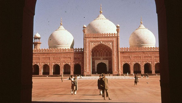 Dibangun pada 1673, Badshahi pernah menjadi masjid terbesar di dunia selama 330 tahun. Lalu, Masjidil Haram diperluas pada tahun 1986 dan menjadi masjid terbesar di dunia hingga kini. (Getty Images/Fox Photos)