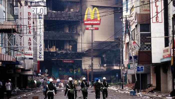 Aksi massa tuntut Soeharto mundur kian bergelora di bulan Mei 1998. Sederet peristiwa yang terjadi di bulan itu jadi catatan hitam dalam demokrasi di Indonesia.