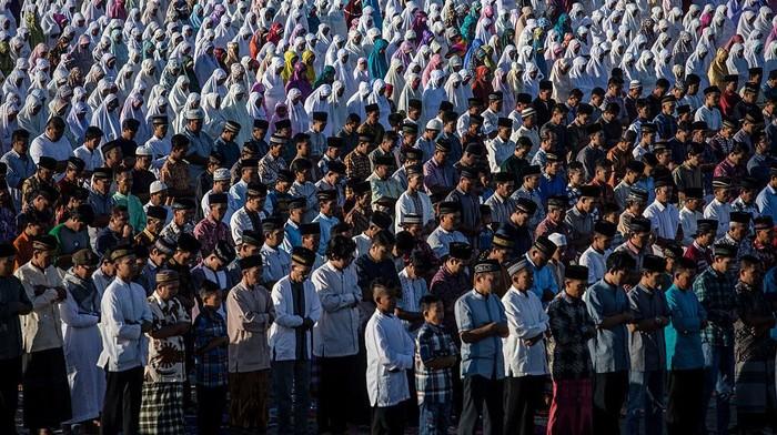 Majelis Ulama Indonesia (MUI) menerbitkan fatwa mengenai panduan salat Idul Fitri saat pandemi Corona. Salat Id bisa dilakukan berjemaah atau sendiri-sendiri.
