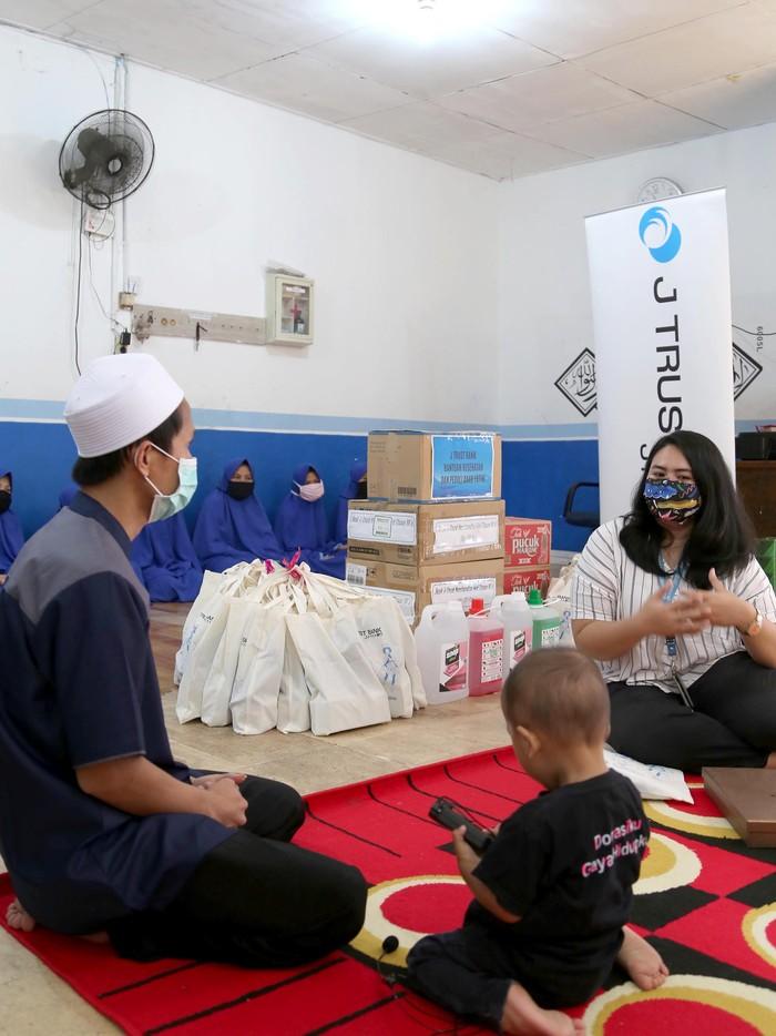 Sebagai bentuk kepedulian terhadap anak yatim dan mendukung upaya Pemerintah menanggulangi dampak Covid-19, J Trust Bank menyalurkan bantuan alat kesehatan di Panti Yatim Indonesia Jakarta.