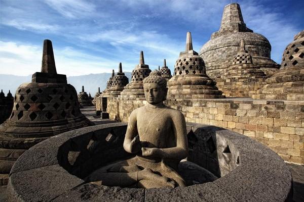 Tahu nggak Candi Borobudur pernah di bom. Dua tahun setelah pemugaran ke-2, 21 Januari 1985 sebanyak 13 bom diletakkan pelaku di sejumlah stupa kecil. Sembilandari 13 bom tersebut meledak dan menghancurkan ratusan balok batu stupa. Aksi pemboman berkaitan dengan pemahaman radikal. (dok Kemenparekraf)