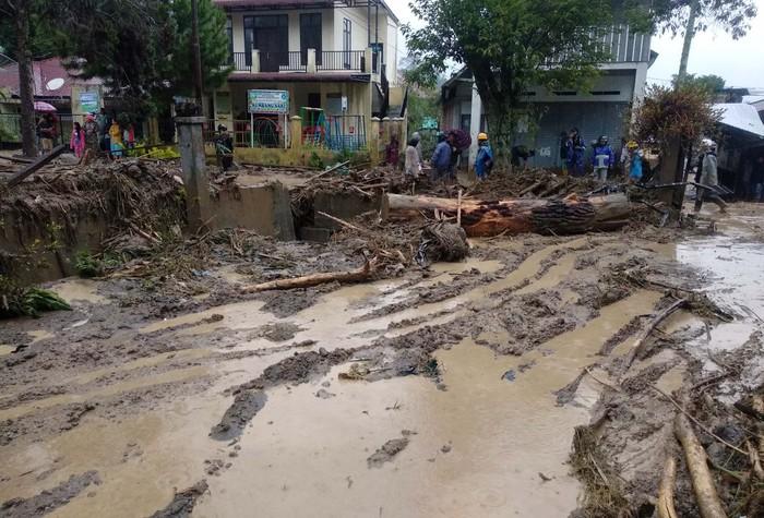 Alat berat yang dikerahkan Badan Penanggulangan Bencana Daerah (BPBD) dibantu aparat TNI dan Polri membersihkan jalan dan rumah warga dari material kayu dan batu akibat banjir bandang di Desa Paya Tumpi Baru, Kecamatan Kebayakan, Aceh Tengah, Aceh, Rabu (13/5/2020). Banjir bandang akibat tingginya intensitas hujan sejak sepekan terakhir telah merusak puluhan unit rumah warga di desa tersebut. ANTARA FOTO/Kurnia Muhadi/Irp/foc.