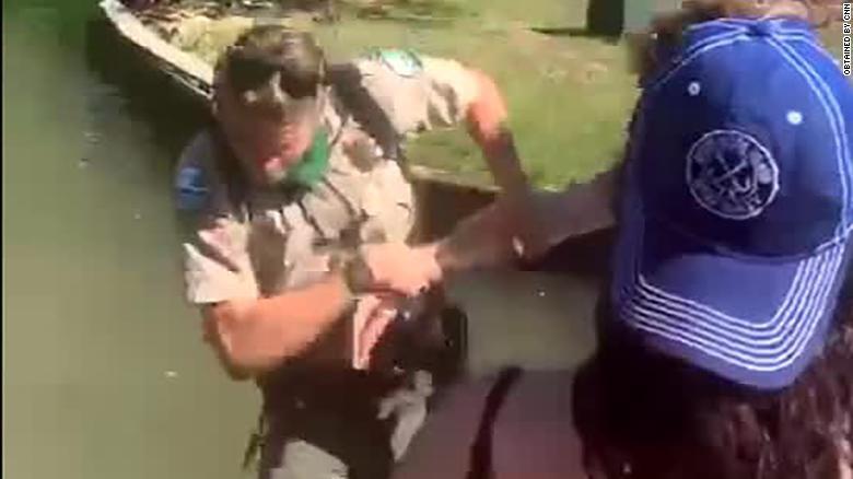 Ranger didorong ke danau