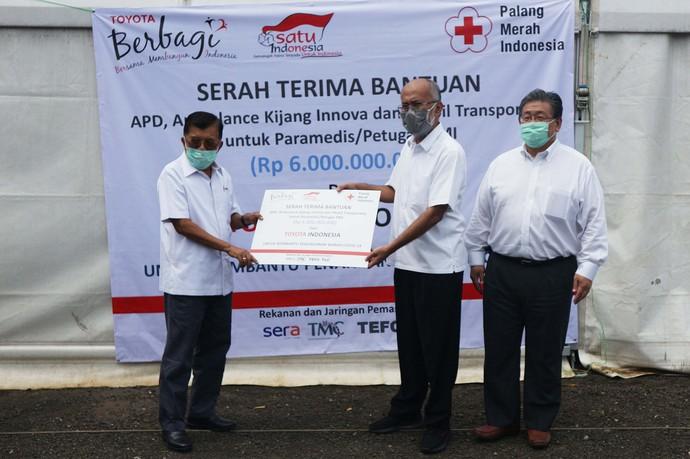 Toyota memberikan bantuan kepada PMI. Mereka menyerahkan bantuan 1000 alat pelindung diri (APD) dan penyediaan mobil transportasi.