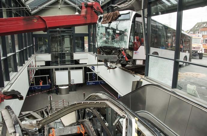 Sebuah bus menabrak stasiun Bergedorf, Hamburg, Jerman. Bus tersebut kemudian berhenti di atas eskalator lantai atas stasiun.